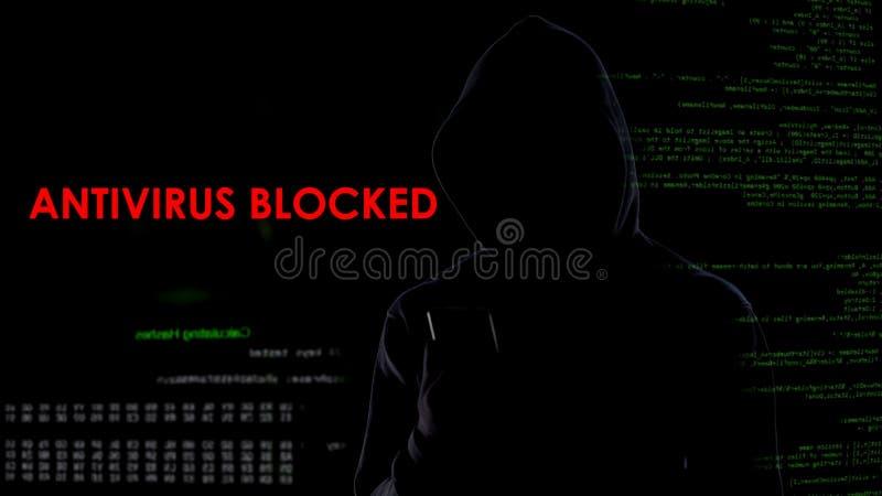Donkere kapmens geblokkeerde antivirus, die computersysteem besmetten, cyber aanval royalty-vrije stock afbeeldingen