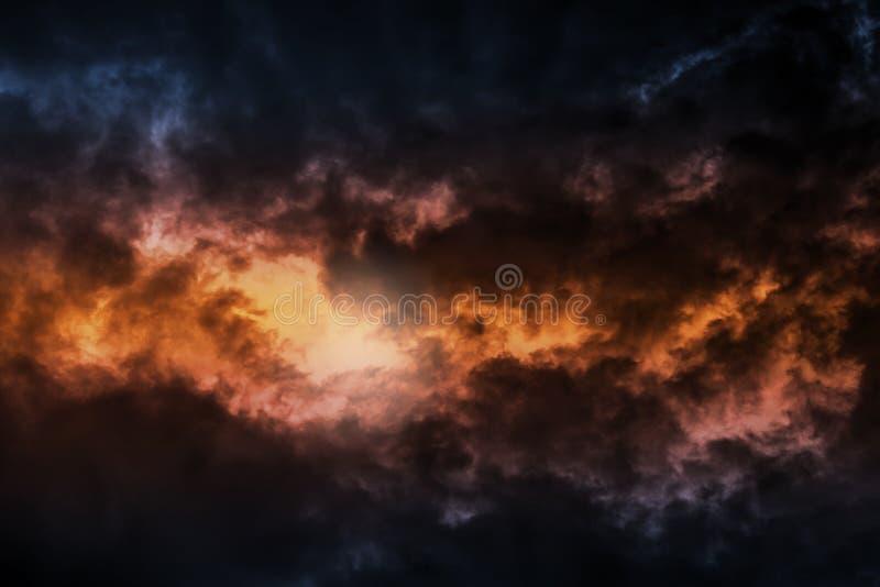 Donkere kleurrijke stormachtige bewolkte hemelachtergrond stock foto's