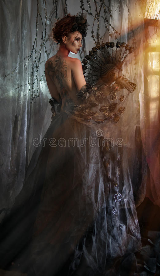 Donkere koningin in zwart fantasiekostuum royalty-vrije stock foto's