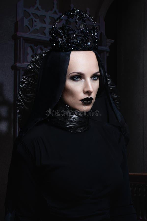 Donkere koningin in zwart fantasiekostuum royalty-vrije stock fotografie