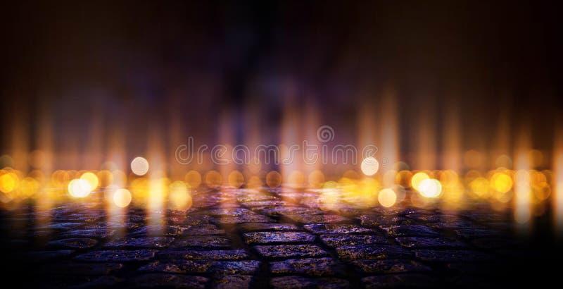 Donkere lege scène, multicolored licht, abstract bokeh licht, nat asfalt van het neonzoeklicht royalty-vrije illustratie