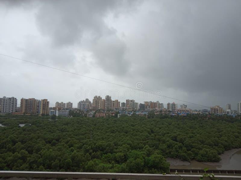 Donkere Moessonwolken over Indische stad stock afbeeldingen