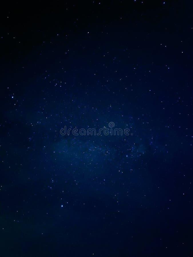 Donkere nacht met sterren stock foto's