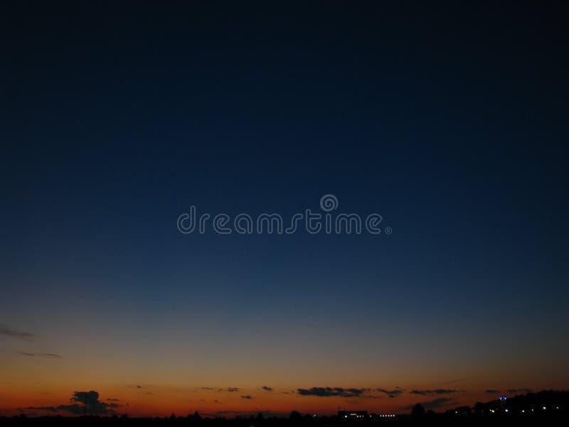 Donkere nachthemel over de slaapstad royalty-vrije stock afbeelding