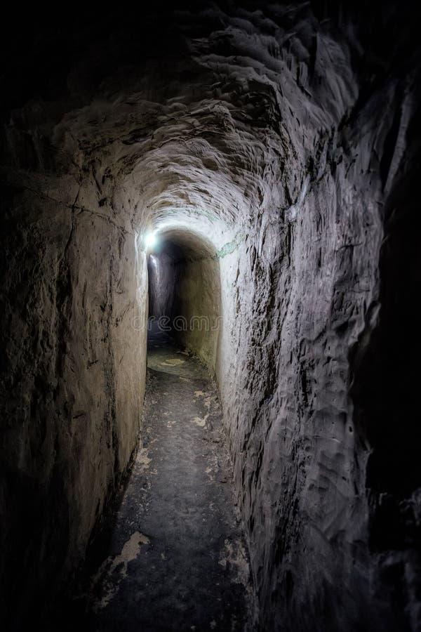 Donkere ondergrondse passage van oud krijtachtig holklooster royalty-vrije stock foto