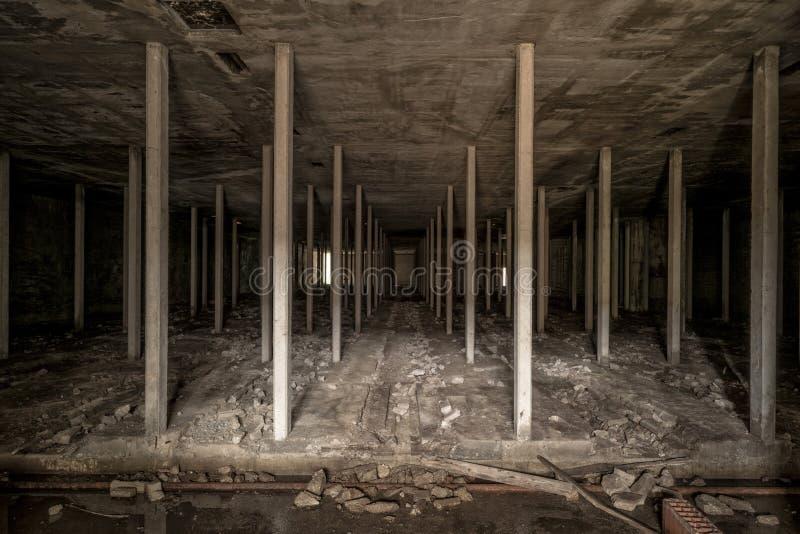 Donkere ondergrondse ruimte in verlaten fabriek royalty-vrije stock afbeelding
