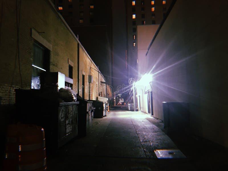 Donkere onheilspellende achtersteeg bij nacht stock afbeelding