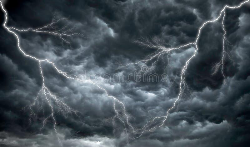 Donkere, onheilspellende regenwolken en verlichting royalty-vrije stock foto's