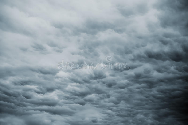 Donkere Onweershemel met Regenachtige Wolken stock afbeeldingen
