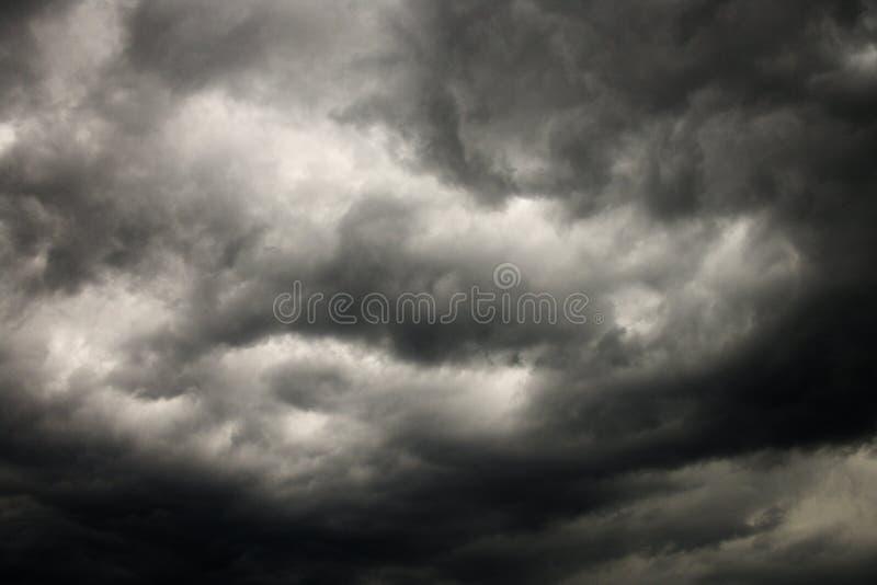 Donkere onweerswolken. royalty-vrije stock foto