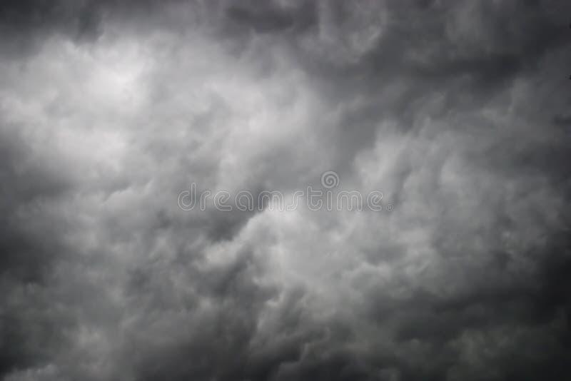 Donkere onweerswolken stock fotografie