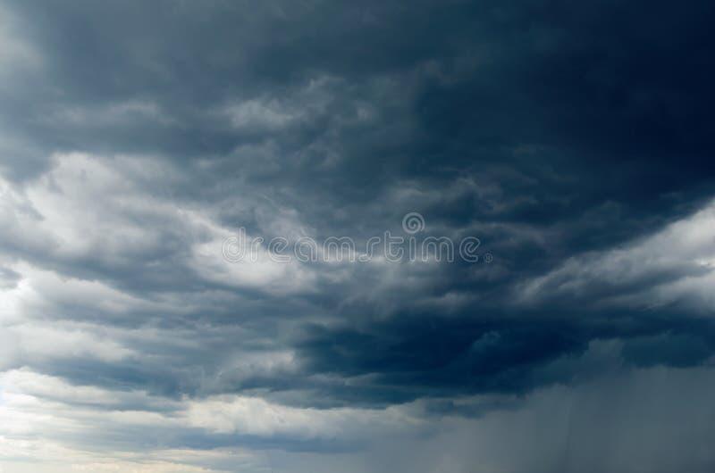 Donkere onweerswolken in de hemel, achtergrond royalty-vrije stock afbeeldingen