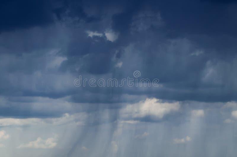 Donkere onweerswolken in de hemel, achtergrond stock afbeeldingen