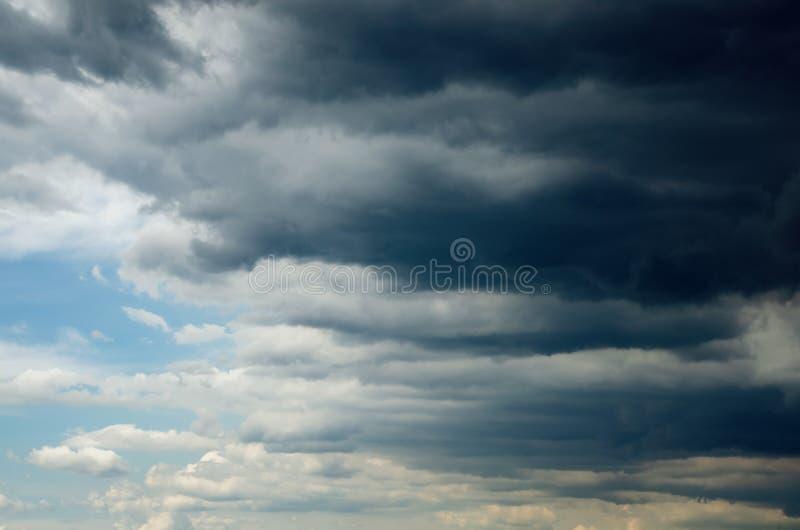Donkere onweerswolken in de hemel, achtergrond stock foto's