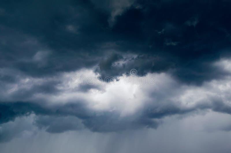 Donkere onweerswolken in de hemel, achtergrond stock foto