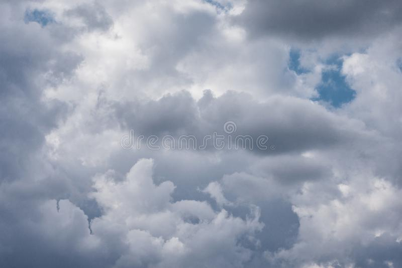 Donkere onweerswolken op de hemel Donkere onweerswolken v??r regen stock afbeelding