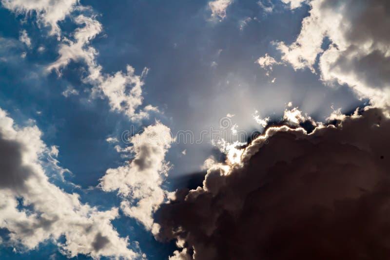 Donkere onweerswolken op een heldere blauwe hemel stock afbeelding