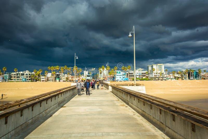 Donkere onweerswolken over de het visserijpijler en strand royalty-vrije stock fotografie