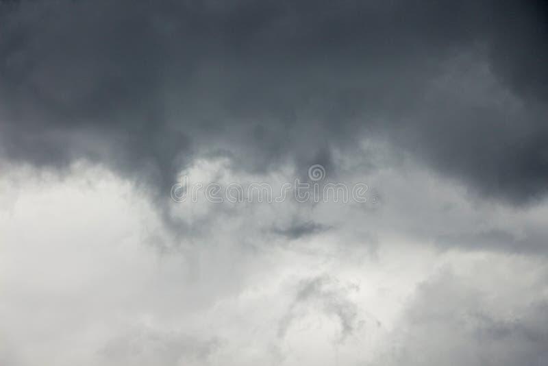 Donkere onweerswolken tijdens het slechte weer, achtergrond voor design_ royalty-vrije stock foto