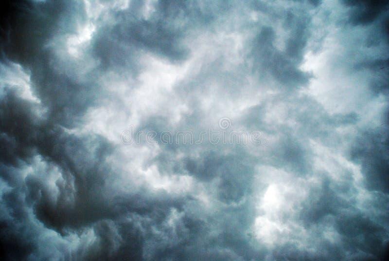 Donkere onweerswolken vóór regen stock foto's