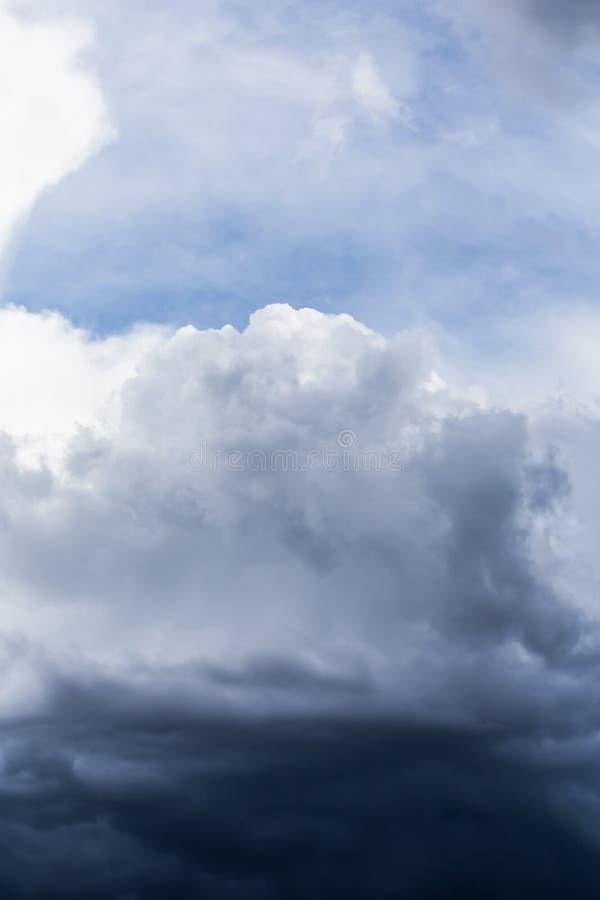 Donkere onweerswolken vóór regen stock fotografie