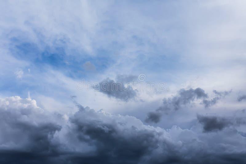 Donkere onweerswolken vóór regen royalty-vrije stock fotografie