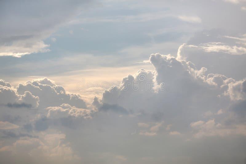 Donkere onweerswolken v??r regen stock fotografie