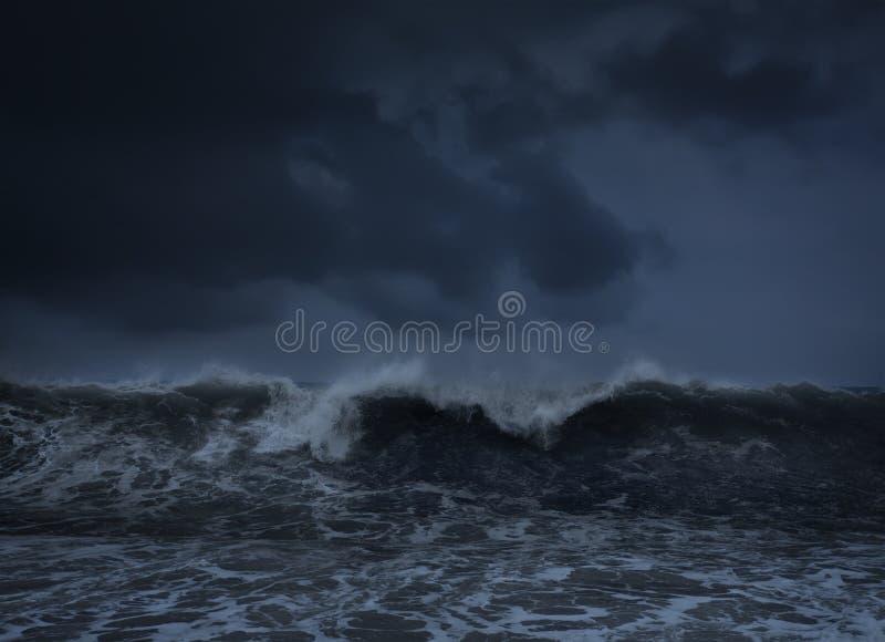 Donkere overzeese stormachtige achtergrond stock fotografie