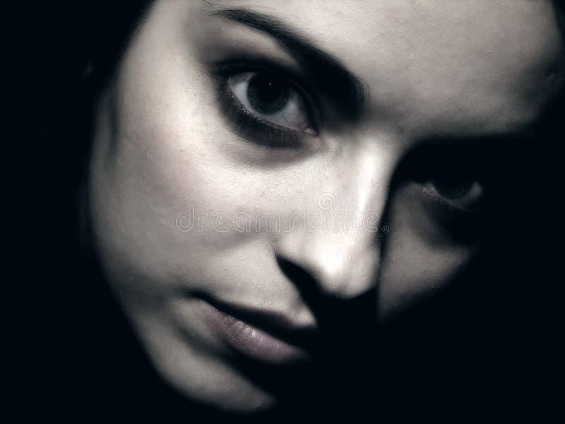 Donkere portretten met jong meisje royalty-vrije stock afbeeldingen