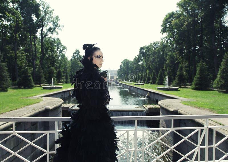 Donkere prinses op de brug royalty-vrije stock fotografie
