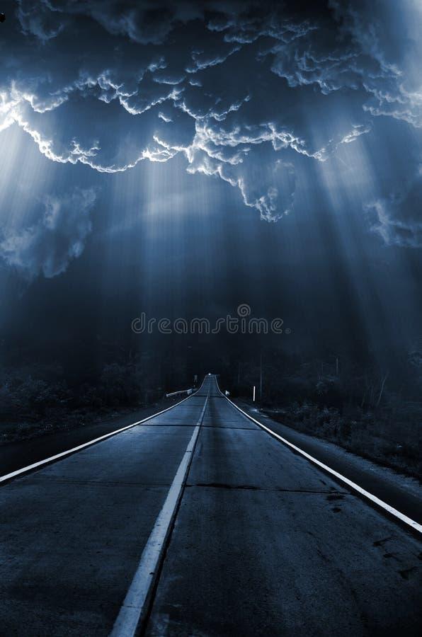 Donkere reeks - licht in nacht stock fotografie