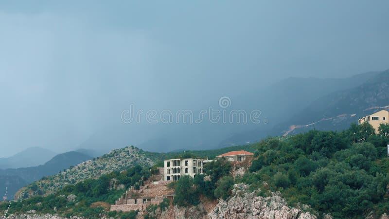 Donkere regenonweerswolken over Adriatische overzeese kust in Montenegro royalty-vrije stock foto