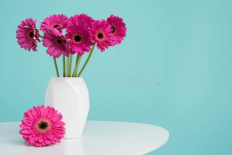 Donkere roze gerberas in een vaas op een retro lijst Gelukkige Moeder` s Dag, Vrouwen` s Dag, de Dag van Valentine ` s of Verjaar stock afbeeldingen