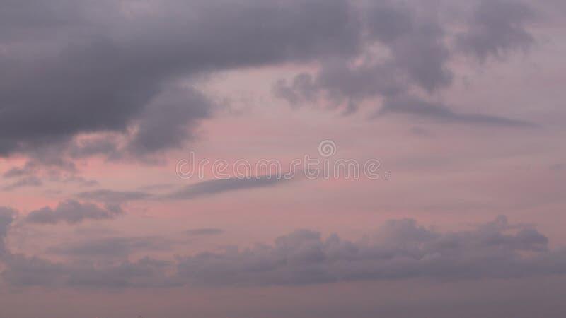 Donkere Roze Wolkendekking met Rode Stroken royalty-vrije stock afbeeldingen
