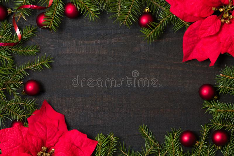 Donkere rustieke houten flatlay lijst - Kerstmisachtergrond met decoratie en spartakkader Hoogste mening met beschikbare ruimte v stock afbeeldingen