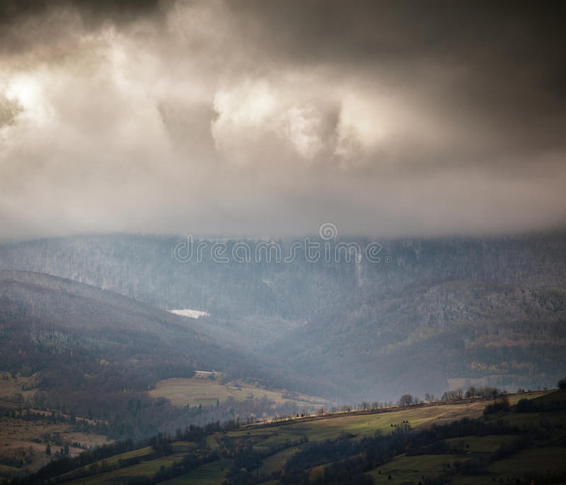 Donkere scène in bewolkte bergen Autumn Rain royalty-vrije stock afbeeldingen