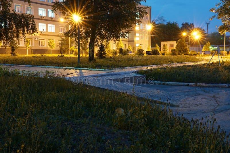 Donkere stedelijke verlichte stadssteeg bij nacht stock foto