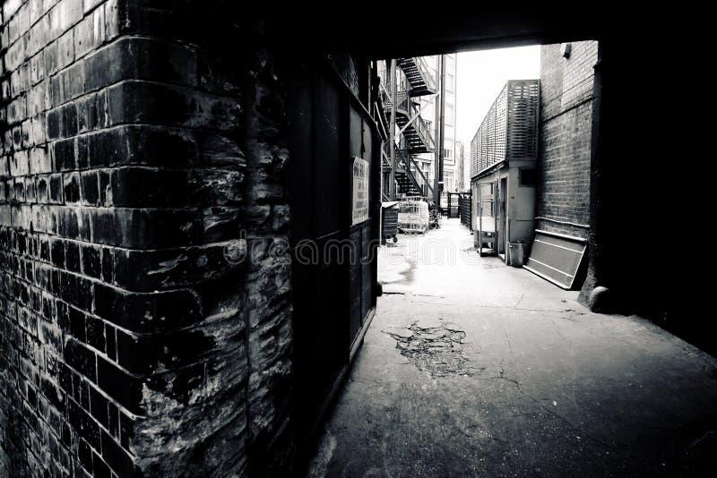 Donkere steeg binnenstad royalty-vrije stock foto's