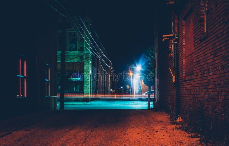 Donkere steeg en lichte slepen in Hanover, Pennsylvania bij nacht stock foto's