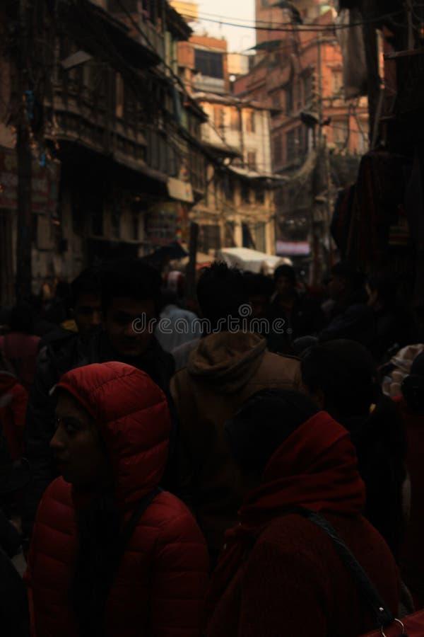 Donkere steeg, menigte, mensen in Katmandu, Nepal royalty-vrije stock afbeeldingen