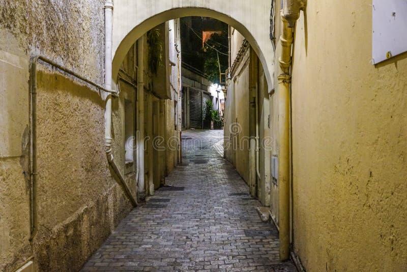 Donkere steeg in oud deel van stad stock foto