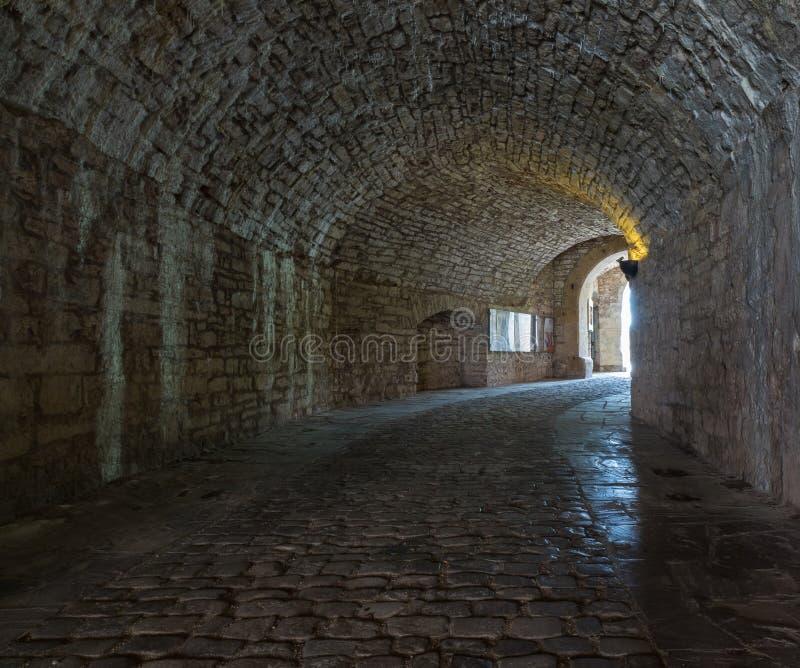 Donkere steenstraten in een oude stad stock foto