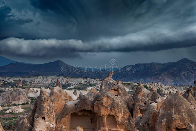 Donkere stormachtige hemel boven berglandschap stock afbeeldingen