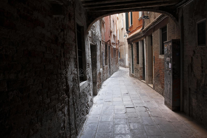 Donkere Venetiaanse steeg royalty-vrije stock foto