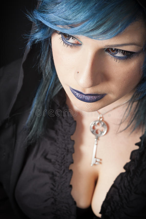 Donkere vrouw met blauwe haar en lippenstift Zeer belangrijke tegenhanger Donker meisje royalty-vrije stock fotografie