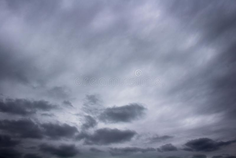 Donkere Wolken die binnen Rolling royalty-vrije stock foto's