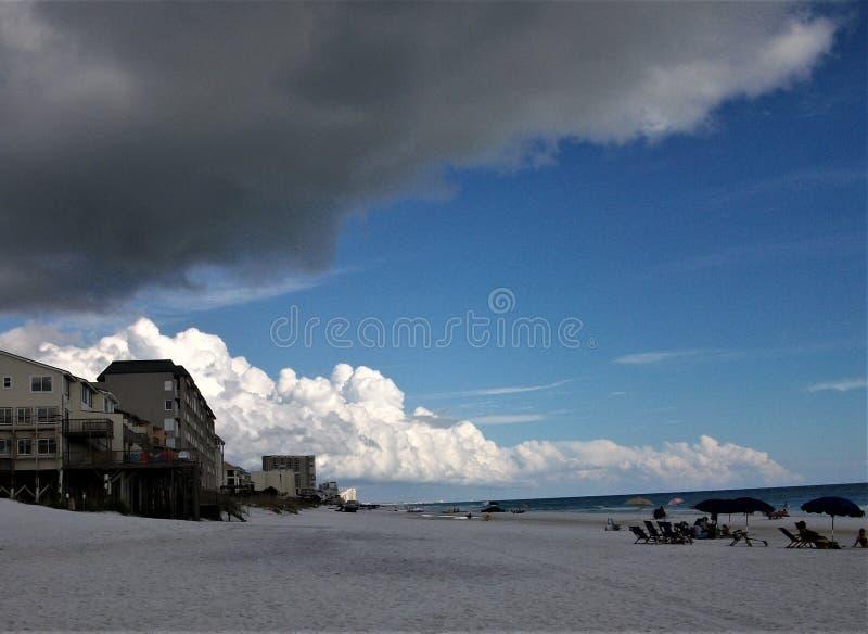 Donkere Wolken die in over het Witte Zand afdrijven stock afbeeldingen