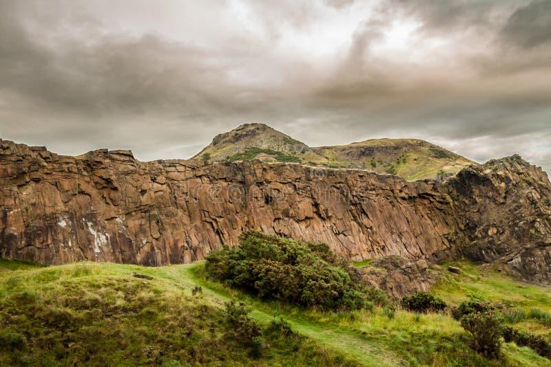 Donkere wolken en berg royalty-vrije stock fotografie