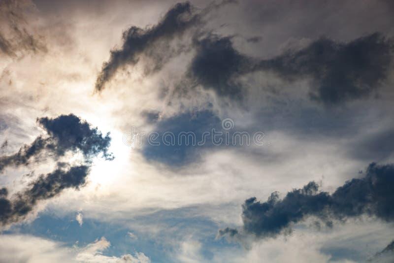 Donkere wolken en zon royalty-vrije stock afbeelding