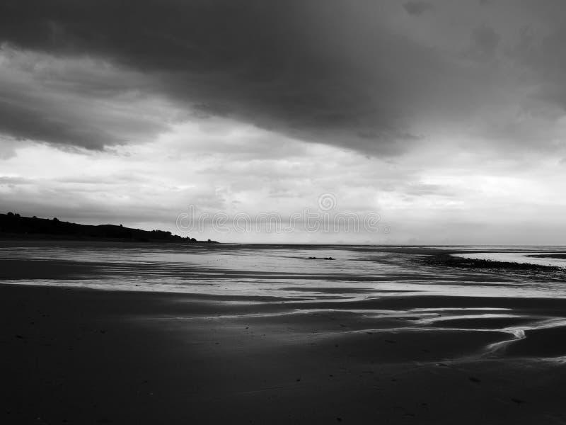 Donkere wolken en zwaar onweer op een strand royalty-vrije stock afbeelding